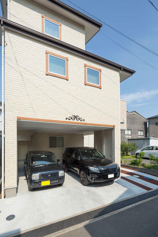 建築システム(狭小住宅専門店)【収納力、間取り、ガレージ】門型フレーム工法を採用したインナーガレージ。雨の日も傘いらずで車の乗り降りが可能だ