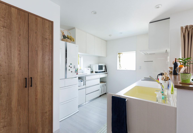 建築システム(狭小住宅専門店)【収納力、間取り、ガレージ】キッチン、換気扇フード、食器棚、冷蔵庫、清潔感のある白色で統一したため、より一層 開放感が広がった