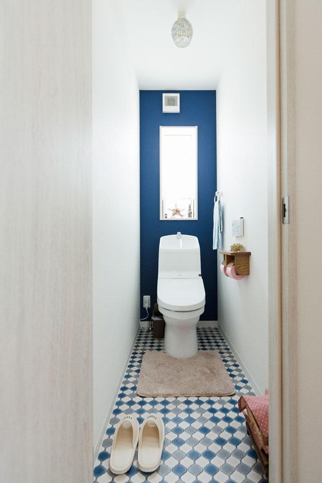 建築システム(狭小住宅専門店)【収納力、間取り、ガレージ】トイレの内装でもご夫婦のこだわりが発揮できている。逆にトイレだからこそ!?遊び心と冒険心で思い切った色使いも怖くない