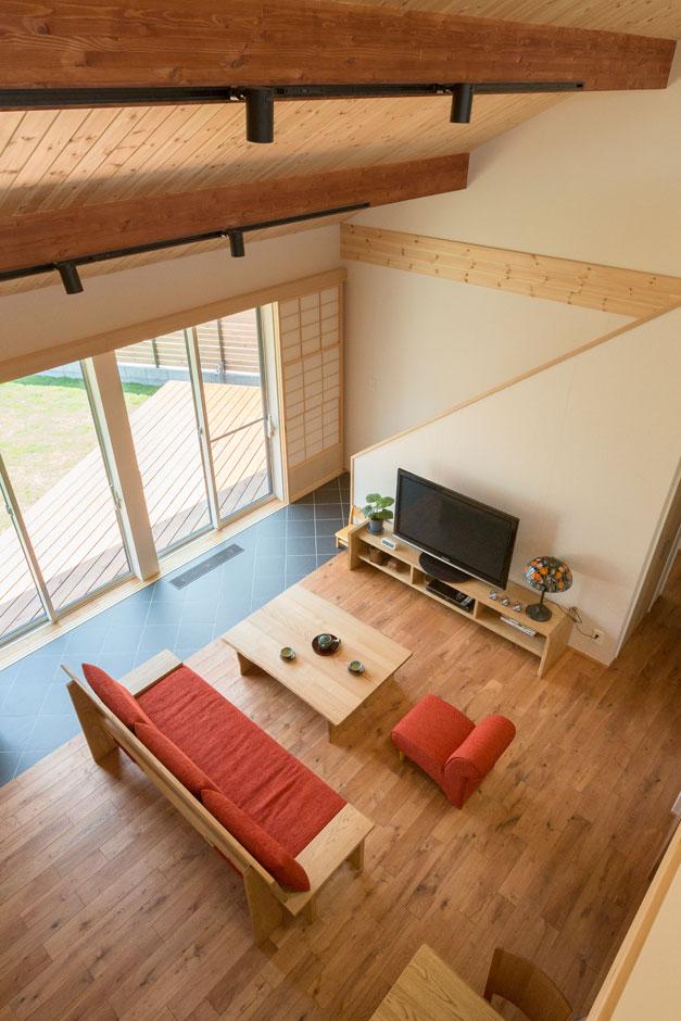 2階からLDKを見下ろすと、間仕切の無い大空間。家族の気配を感じながら安心して暮らす設計にこだわった