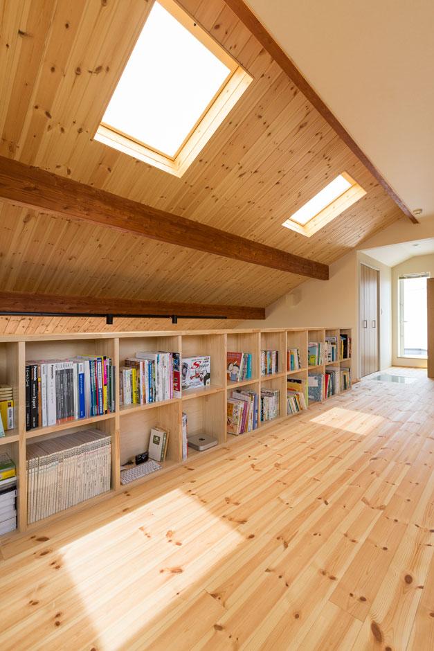 2階ロフトスペースはフレキシブルに利用でき、天窓からの心地よい光が差し込む。本棚には、奥さまが以前保育のお仕事をされていた時の絵本が並べられお孫さんが遊びにきた際には重宝するだろう