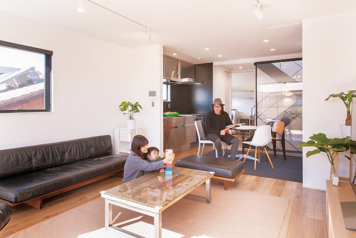 建築システム(狭小住宅専門店)【1000万円台、デザイン住宅、インテリア】2階がLDK。こんなにシンプルで洗練されたくつろぎスペースが実現できた理由は、衣装は衣装部屋へ、使わない生活用品はロフト収納に詰め込めるからである。生活感を排除し、大好きな家具に囲まれた空間で暮らすスタイル。計画当初から思い描いていた暮しがそのままカタチとなった