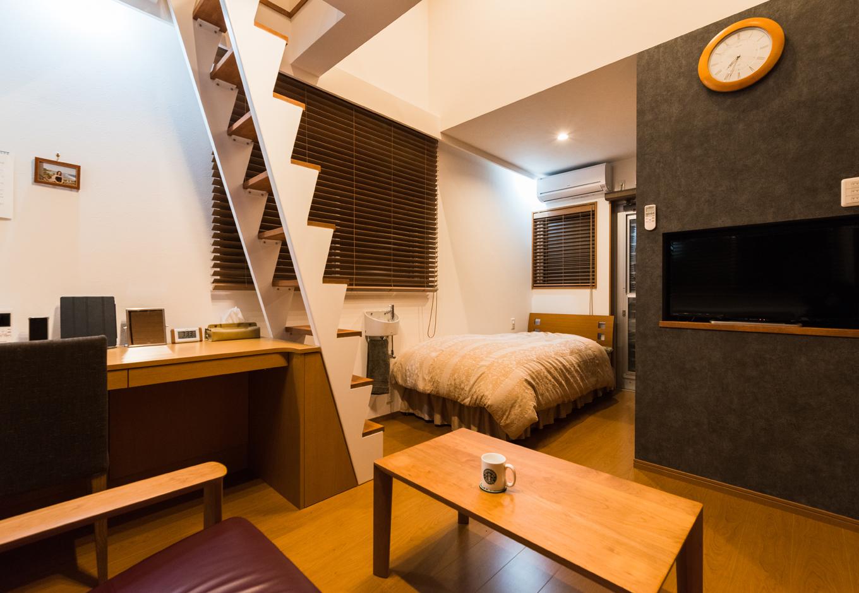 建築システム(狭小住宅専門店)【デザイン住宅、収納力、狭小住宅】TVは壁をくり抜いてピッタリサイズ。居間、書斎、ベットルームのシーンを融合させて空間の広がりを演出