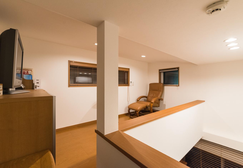 建築システム(狭小住宅専門店)【デザイン住宅、収納力、狭小住宅】屋根裏ロフトスペースは第2のリビング。現在はTVやリクライニングチェアーでくつろぎの場所ですが、将来子ども部屋に?という構想も