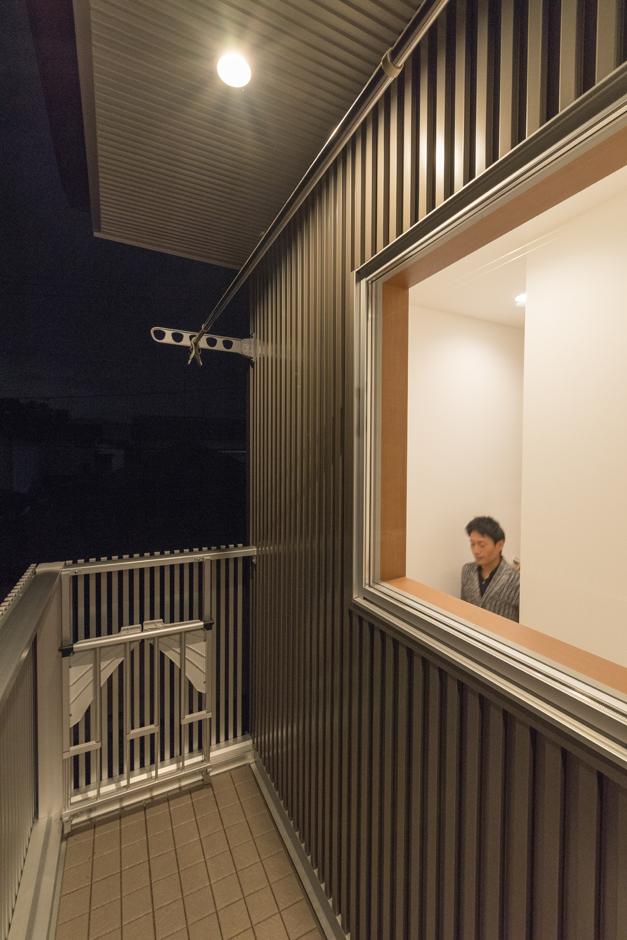 建築システム(狭小住宅専門店)【デザイン住宅、収納力、狭小住宅】ガルバリウム鋼板のシャープな外観。バルコニーには折りたたみ式の物干アイテムを設置。階段室に光を取り込む工夫も備わっている