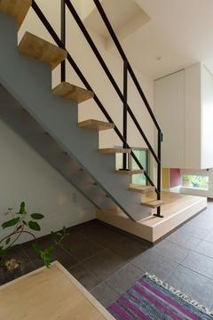 土間スペースとスケルトン階段やアクセントクロスに遊び心が詰まった住宅