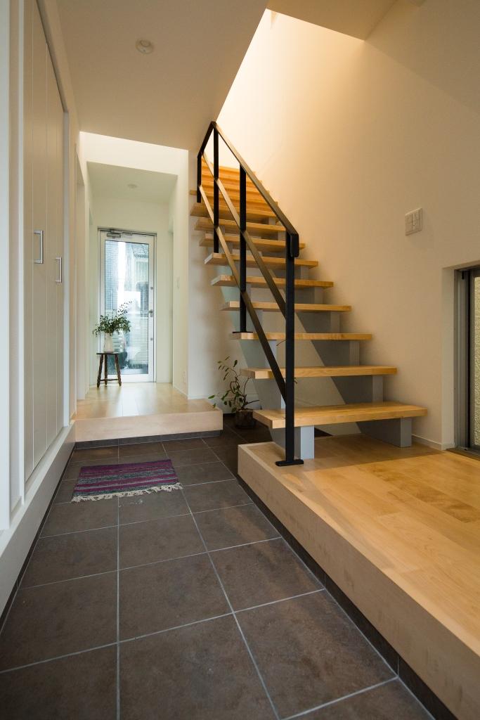 スケルトン階段にしたことで空間の広がりが倍増。なんといっても各部屋まで土間になっているのが特徴