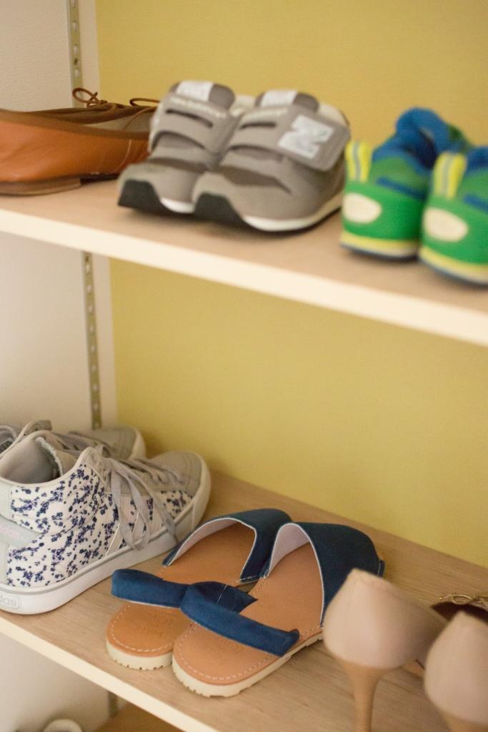 建築システム(狭小住宅専門店)【1000万円台、デザイン住宅、間取り】シューズクローゼットの中は明るい黄色の壁紙でお出かけの靴選びもたのしくなる