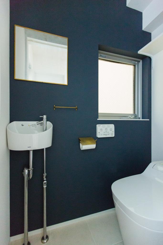 建築システム(狭小住宅専門店)【1000万円台、デザイン住宅、間取り】ツートンカラーのクロスを選んだトイレは清潔感があり、アンティーク調のペーパーホルダーとタオルハンガー、鏡が主張しすぎず個性的