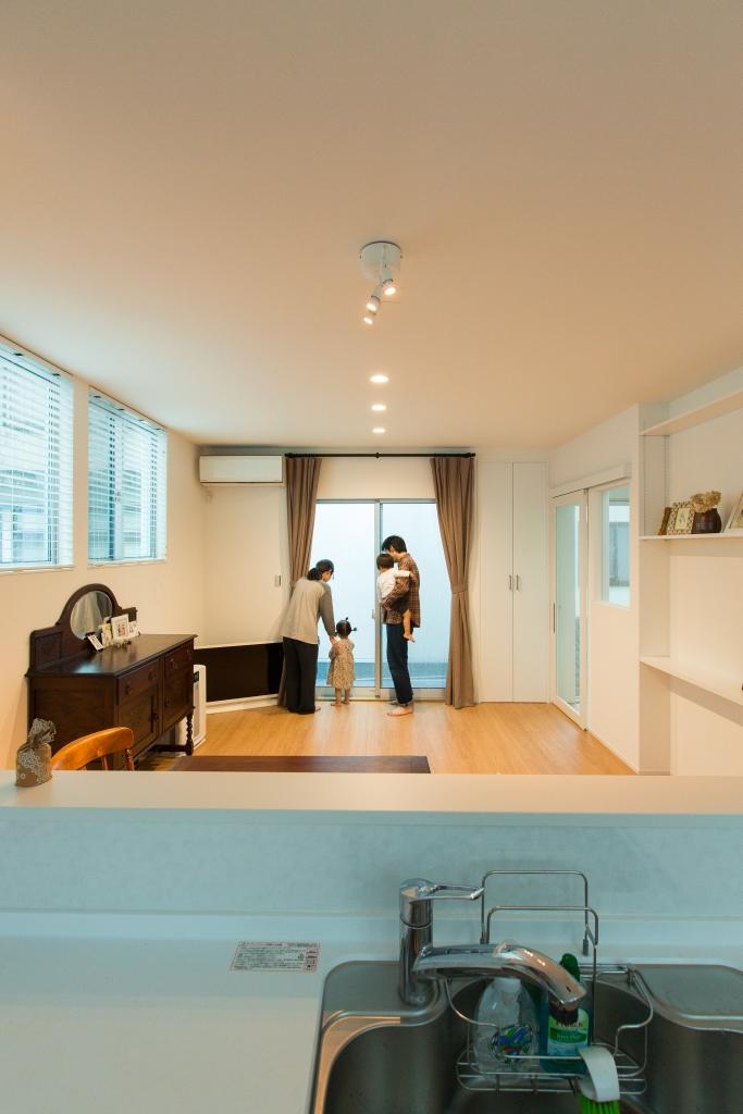 建築システム(狭小住宅専門店)【1000万円台、デザイン住宅、間取り】日光をたっぷり取り込んだ明るいリビング。周りの建物の位置に合わせて窓の高さも調整した。入口のドアも全面ガラスで採光と空間演出の工夫