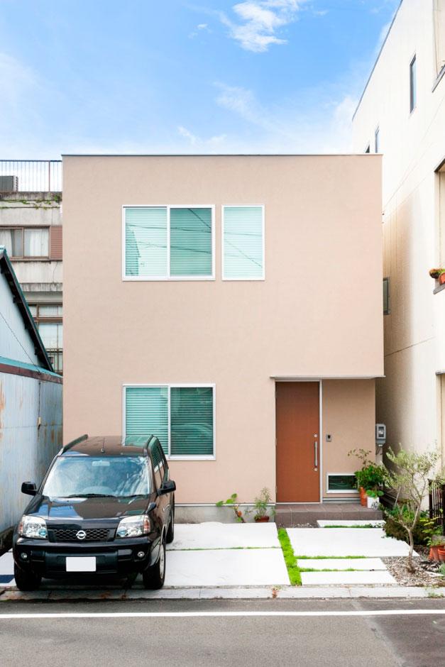 建築システム(狭小住宅専門店)【1000万円台、デザイン住宅、間取り】和のテイストが感じられる優しいベージュの塗装が落ち着いた雰囲気である。玄関ドアはお施主様こだわりのフルハイドドア