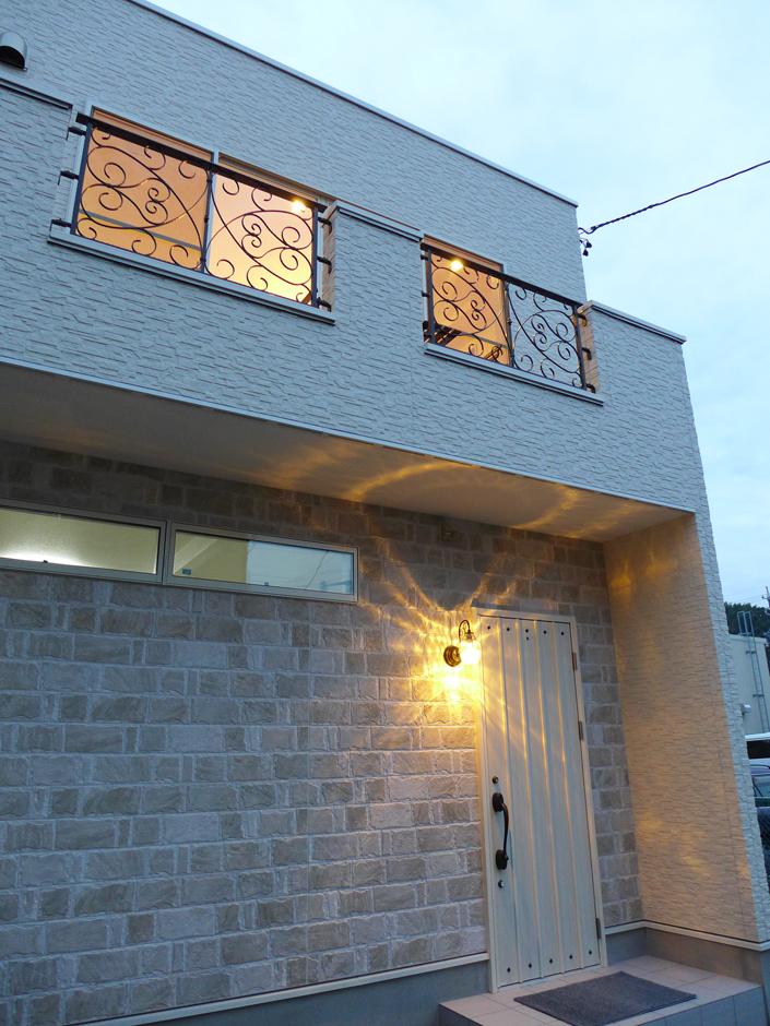 素敵な外観のバレエスタジオ兼用住宅。スタジオ入口の外壁だけ優しいレンガ調にして気品を醸し出した。夕暮れ時、照明が輝くともうワンランクゴージャスで優雅な雰囲気に
