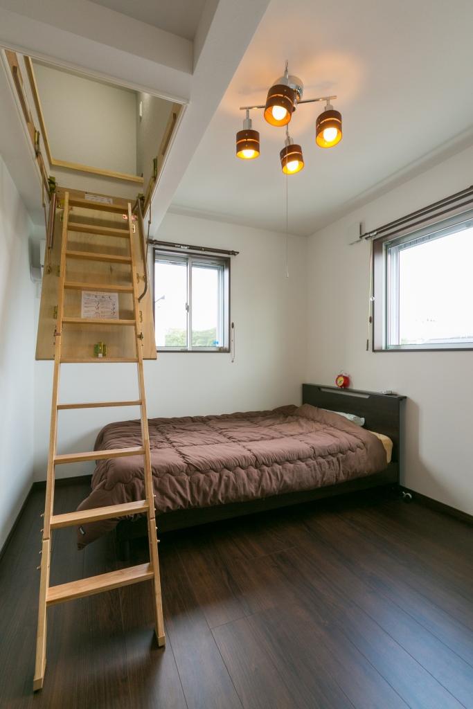 寝室に屋根裏収納庫を設け、普段めったに使わないものはたっぷり収納しておける
