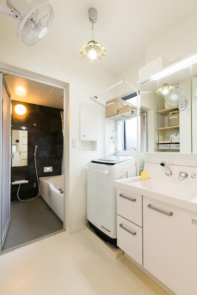すっきりシンプルな浴室洗面脱衣所には可愛らしい照明を選んだ。壁付け扇風機でお風呂上がりのジメジメや火照りもすっきり