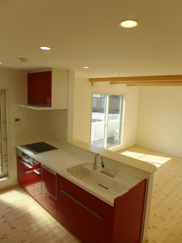 建築システム(狭小住宅専門店)【収納力、二世帯住宅、間取り】防臭、除湿できるエコカラットは、ブロックレンガ調の模様でLDKのアクセントとなった