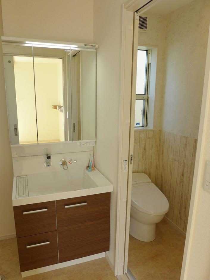 建築システム(狭小住宅専門店)【収納力、二世帯住宅、間取り】トイレのクロスも腰高から下を木目調にして雰囲気を演出
