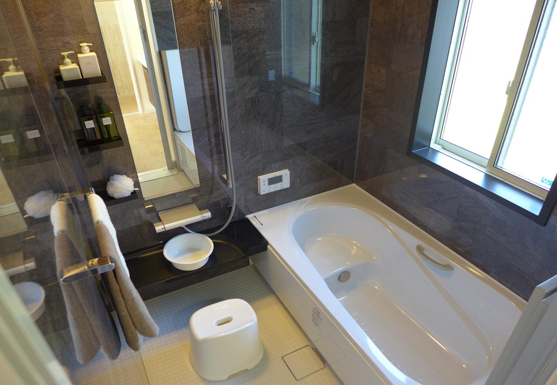 建築システム(狭小住宅専門店)【収納力、二世帯住宅、間取り】浴室はモノトーンでシックな雰囲気。一日の疲れをゆっくり湯船に浸かって癒せる空間だ
