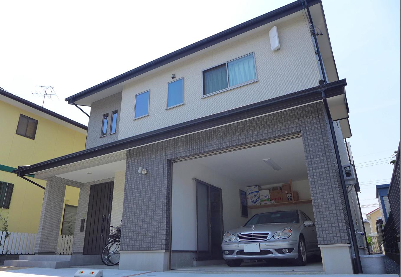 建築システム(狭小住宅専門店)【収納力、夫婦で暮らす、ガレージ】ビルトインガレージには電動シャッター。家の中から駐車場に入る通路も設けてある