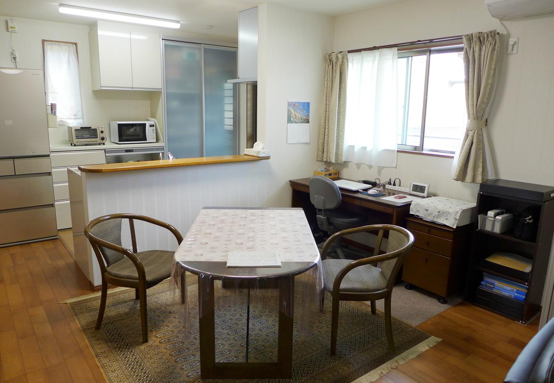 建築システム(狭小住宅専門店)【収納力、夫婦で暮らす、ガレージ】ダイニングキッチンは背面収納も設計段階から作り付けでセッティング。食器棚やレンジの使いやすさも考えて配置