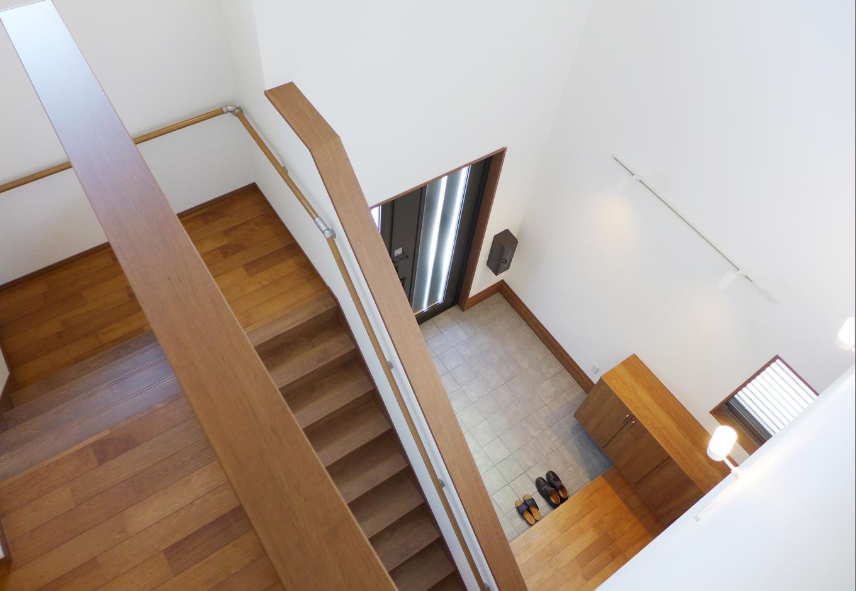 建築システム(狭小住宅専門店)【収納力、夫婦で暮らす、ガレージ】玄関ホールと階段室を一体化させた吹き抜けスペースは8畳間くらいの広さに
