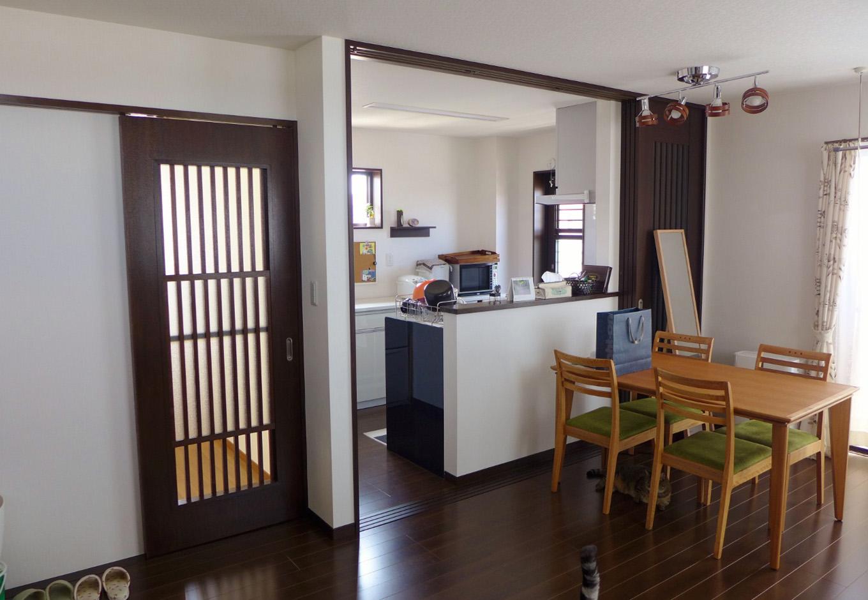 建築システム(狭小住宅専門店)【二世帯住宅、ペット、ガレージ】3階のLDKは20帖。ねこちゃんがキッチンでいたずらしないように3本引き戸でシャットアウトできる工夫が施されている