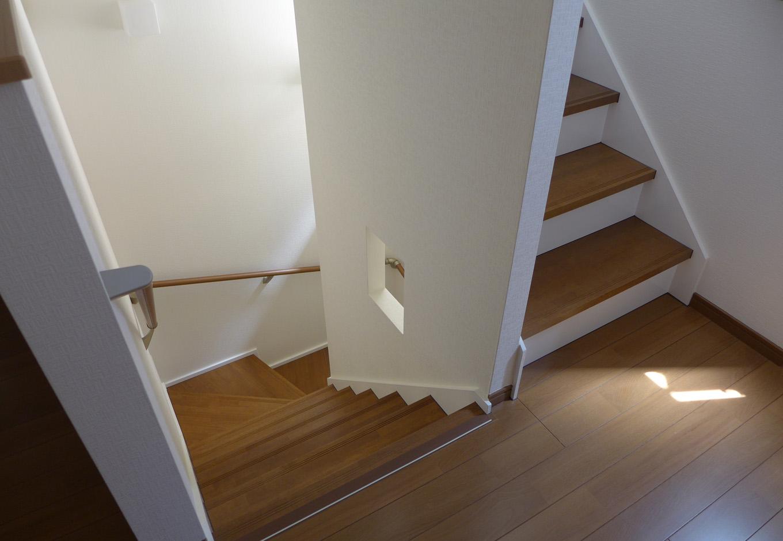 建築システム(狭小住宅専門店)【二世帯住宅、ペット、ガレージ】階段は角度を緩くして昇り降りしやすい設計。壁の一部をくりぬいて装飾スペースも配置された