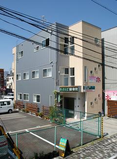 街中の狭小地に最上階で暮らす重量鉄骨3階建て店舗併用テナント収入住宅