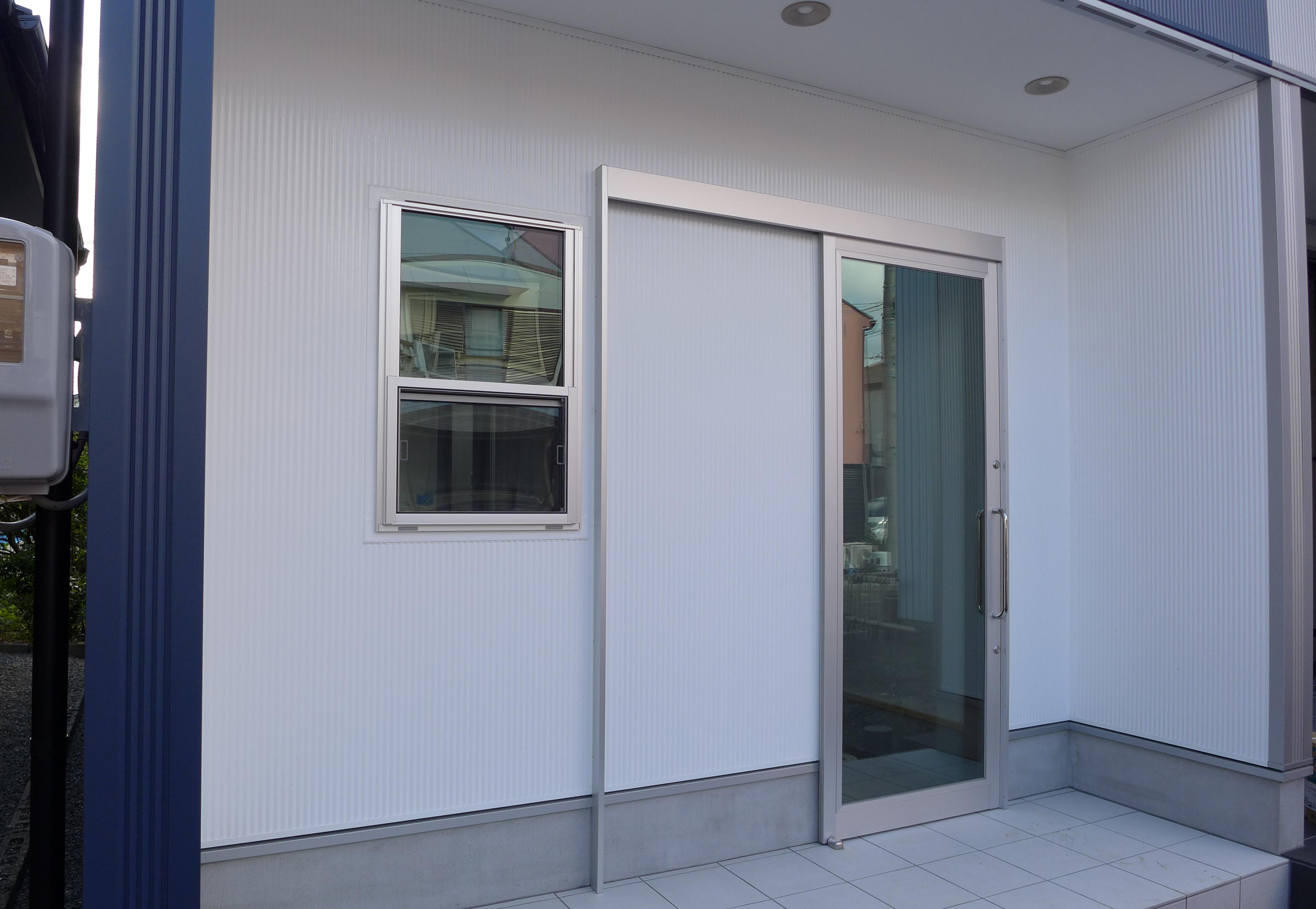 お店の出入り口は住宅の玄関と間...