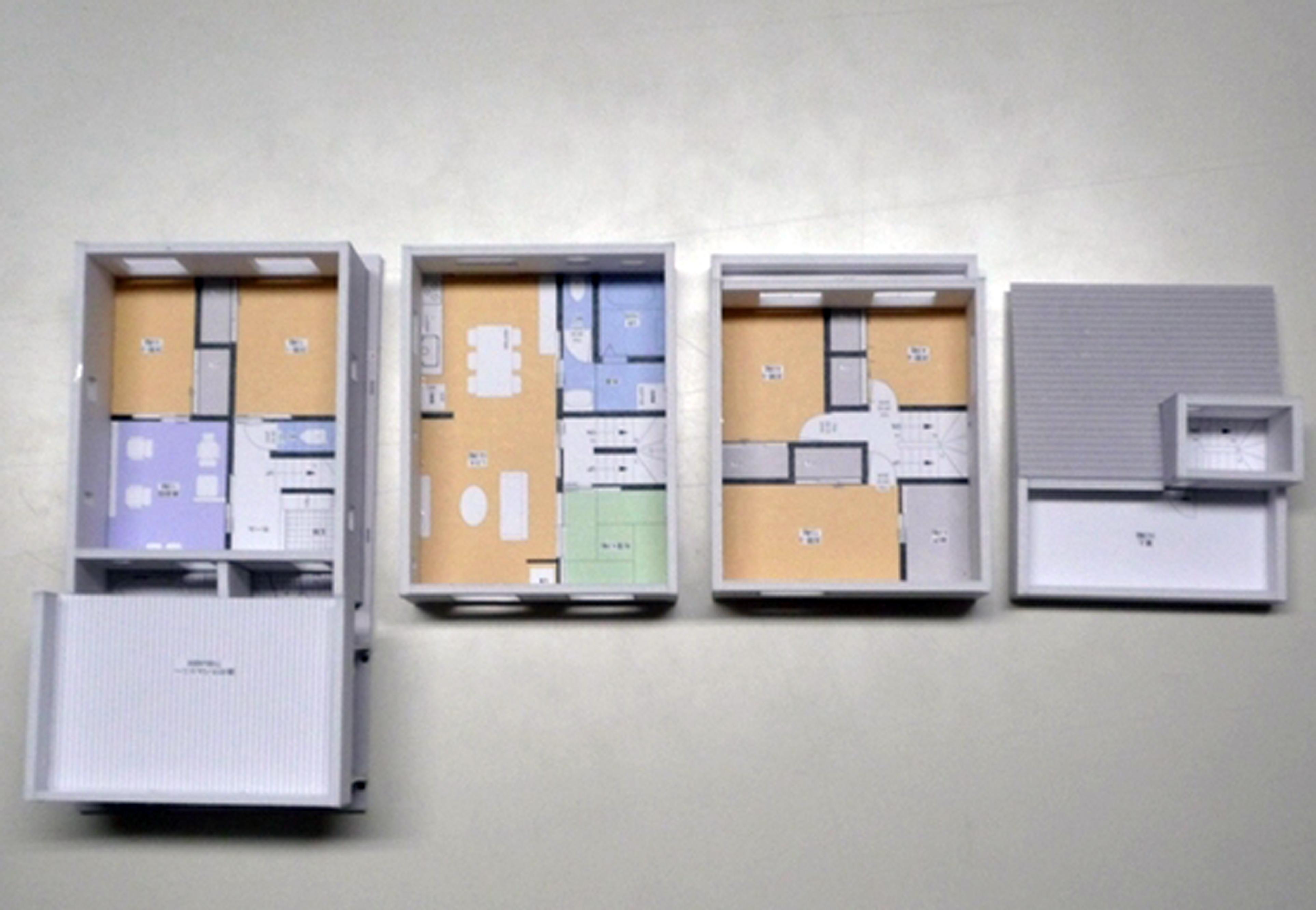 建築システム(狭小住宅専門店)【デザイン住宅、二世帯住宅、屋上バルコニー】着工前にイメージを掴む為に作った1/72の模型。         将来的にはバルコニーを設置して駐車スペースを雨に濡れない空間にする予定