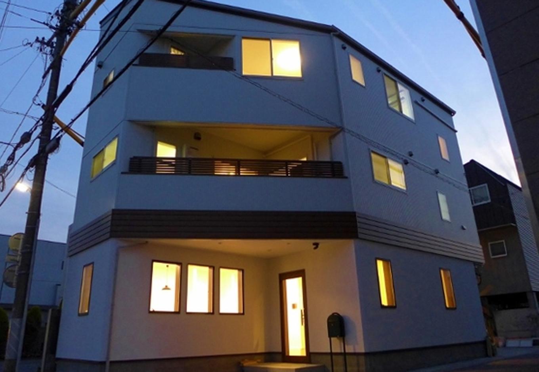 建築システム(狭小住宅専門店)【デザイン住宅、二世帯住宅、狭小住宅】建物は土地の約半分くらいの16.5坪×3階建て。幅は5.7mと狭くても、奥行きがあるので外観はこんなに迫力が出せる