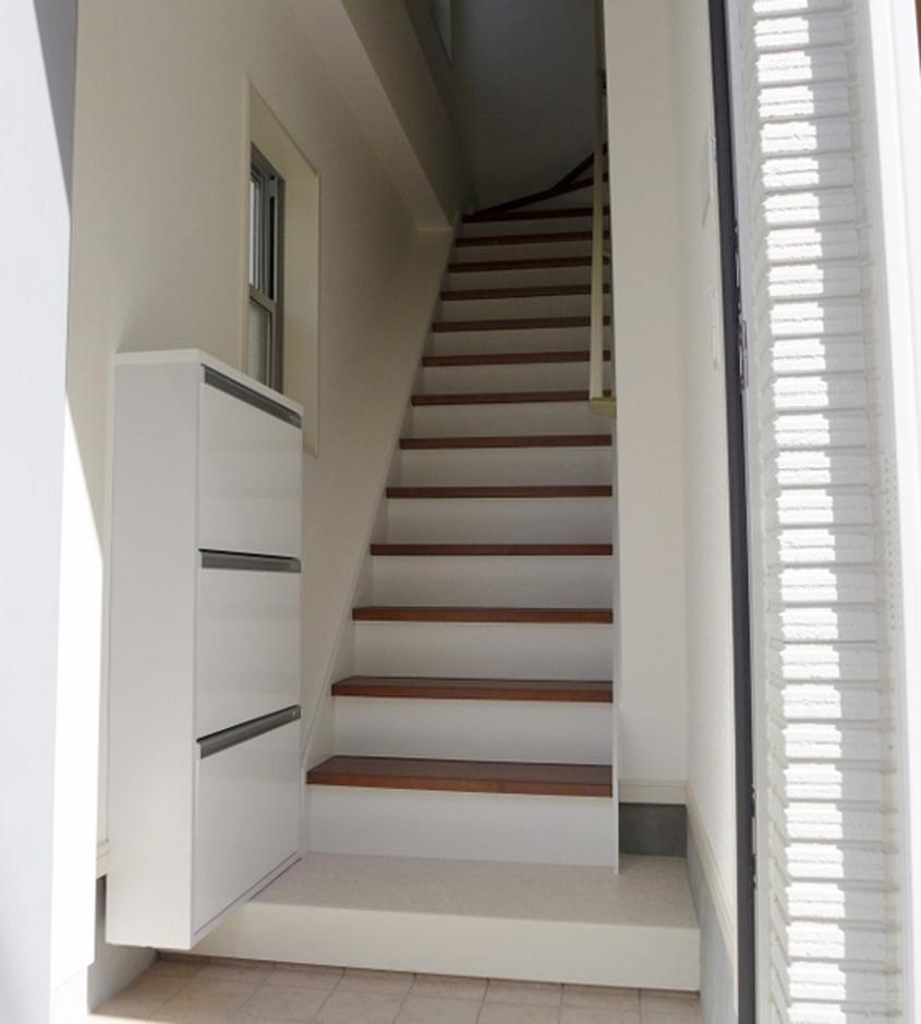 1階の玄関を入るとすぐに階段。ホールと階段が狭くならないシューズBOXは厚さ16cm、扉を手前に開く差し込みタイプ