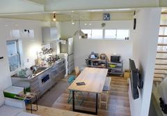 鉄骨フレーム剥き出しのカジュアルスタイル、重量鉄骨3階建て耐震住宅