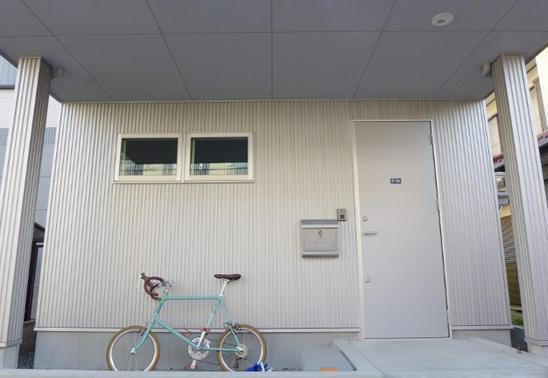 外壁はシルバーのガルバリウム。メールBOXや自転車までコーディネートという演出も