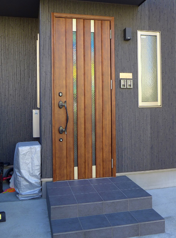 建築システム(狭小住宅専門店)【1000万円台、デザイン住宅、狭小住宅】ダーク色にひと際目立つウッドの玄関ドア、存在感が際立つ