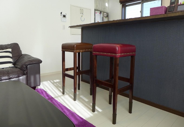 カウンターキッチンにはこだわりの椅子。朝はここでパパッと朝食