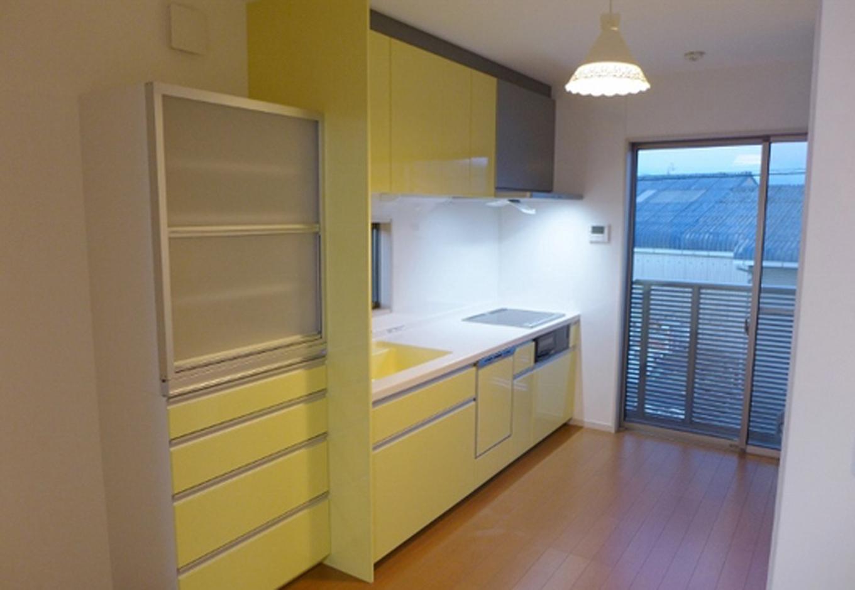 キッチン、食器棚はイエローで統一。お料理が楽しく明るくなる。シンクの中まで同じ色をチョイス