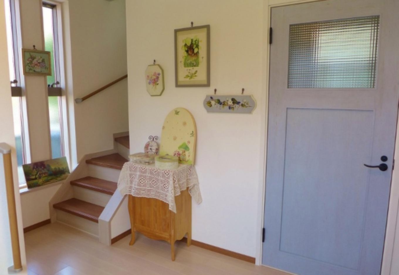 新品なのにどこか懐かしいレトロな雰囲気のドア。玄関の空間がグッと優しく仕上がった