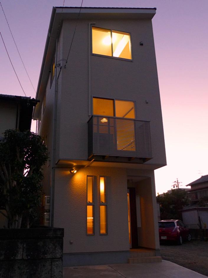 夕暮れ時に映える外観デザイン。明るくて優しいアイボリー系とシャープな片流れ屋根の外観の理由は、ソーラーパネル