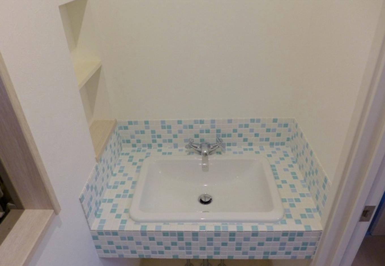 南欧風の水色のドアに合わせて洗面はモザイクタイル!トイレの手洗いと言えども自分色にこだわった