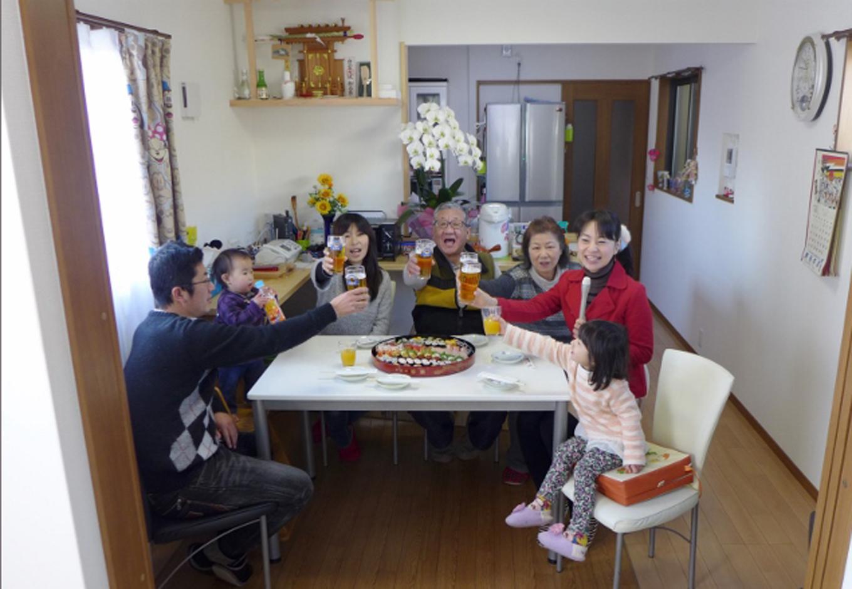 建築システム(狭小住宅専門店)【1000万円台、狭小住宅、ガレージ】新築完成祝いをLDKで。家族全員集合