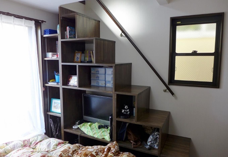建築システム(狭小住宅専門店)【1000万円台、狭小住宅、ガレージ】寝室から登るロフト階段は 収納とテレビ置き場