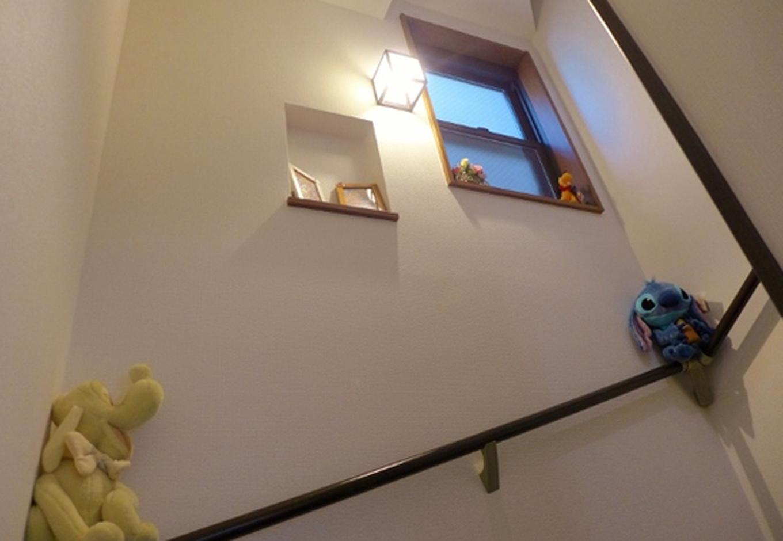 建築システム(狭小住宅専門店)【1000万円台、狭小住宅、ガレージ】階段の途中で、ぬいぐるみがお出迎え