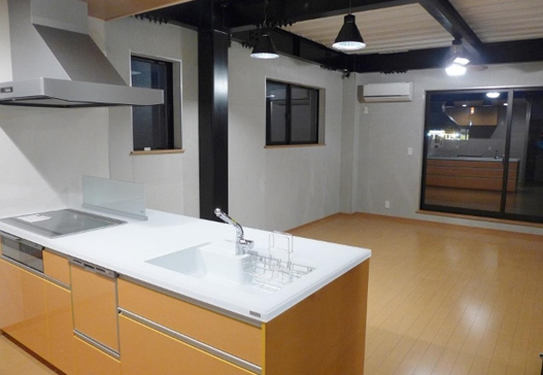 フルフラット対面キッチン。収納力・作業性・見た目の高級感も高い。LDKも18畳で家族みんながゆったり寛げる大空間