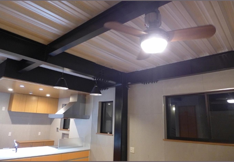天井の鉄骨はそのまま剥き出しにして黒く塗装することでクッキリ浮かび上がる。窓のサッシもブラックで統一