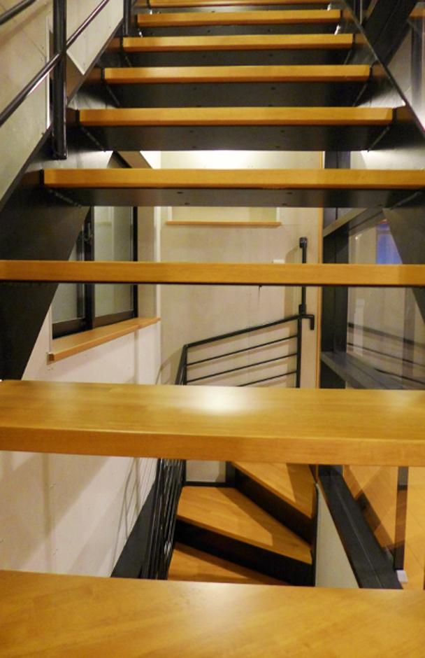 玄関ホールから上がる階段は黒い部分は鉄骨を表てにして黒色に塗装