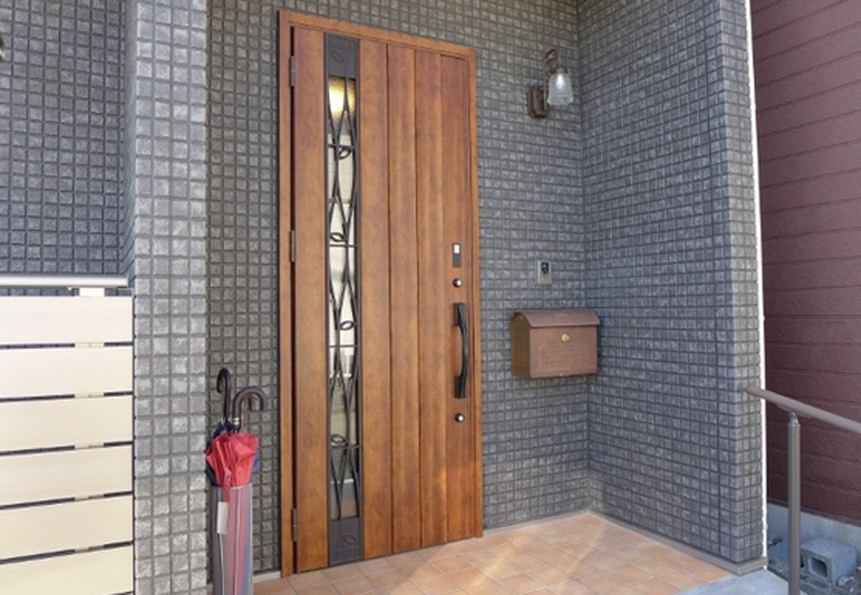 玄関ポーチは暖色系テラコッタタイルで優しい雰囲気