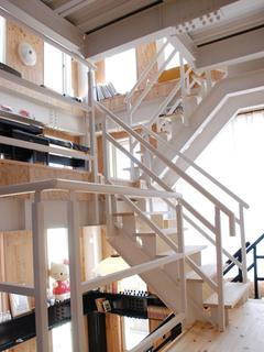 ホームエレベーターとスキップフロア7階層の吹き抜け重量鉄骨造3階建て