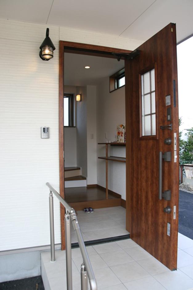 玄関を入ると2階LDKに上がる階段がすぐにあります