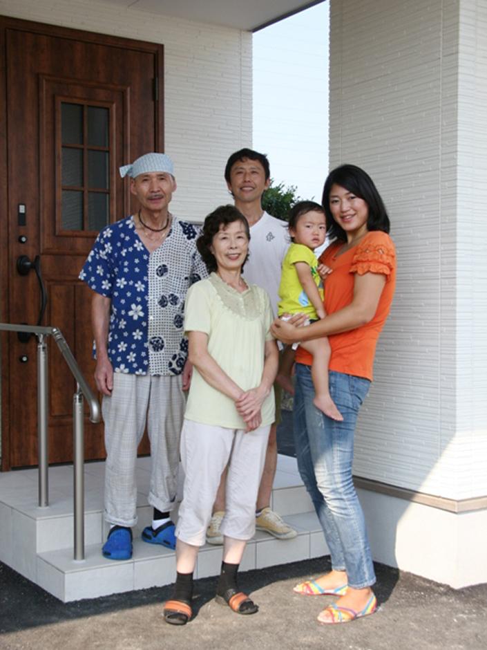 新築完成時に家族で記念撮影。自然と笑顔があふれる