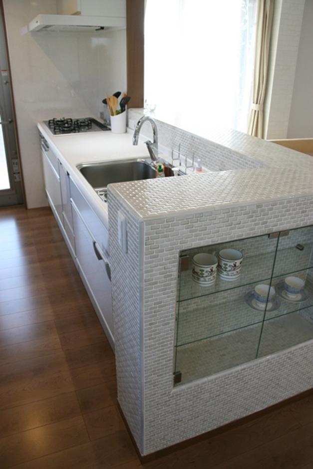 キッチン周りはモザイクタイルを貼り、ガラスで棚と扉を作った